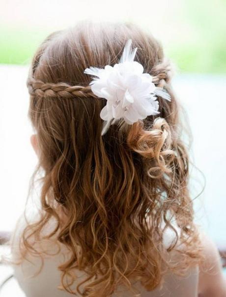 coiffure d'une petite fille pour un mariagequot; Stock photo and