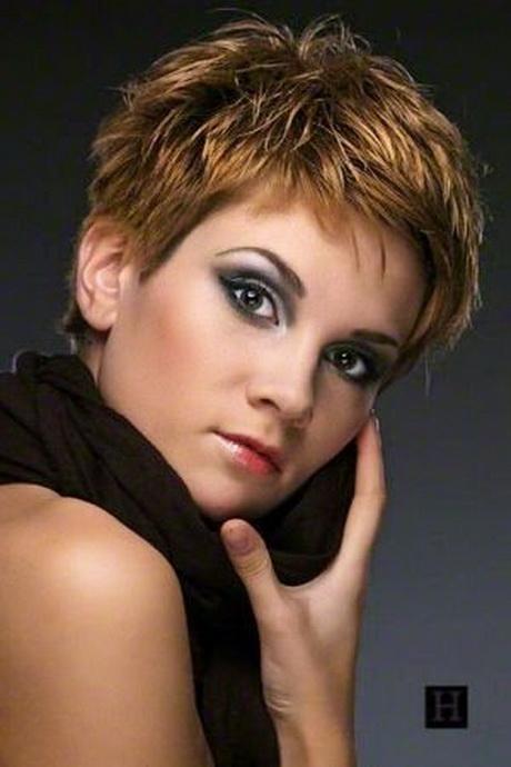 coupe de cheveux court femme moderne