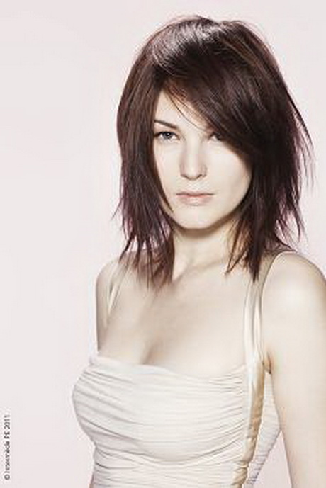 Style de coiffure femme cheveux mi-long